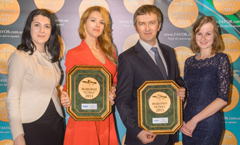 Представители фармацевтической компании Sandoz с наградами препаратов АЦЦ и Линекс